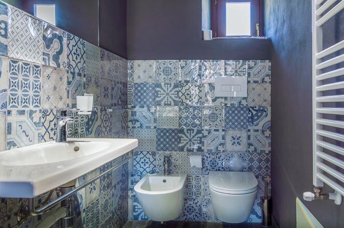 bagno suite con mattonelle in ceramica