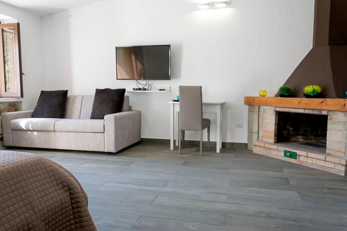 suite camino tv e divano