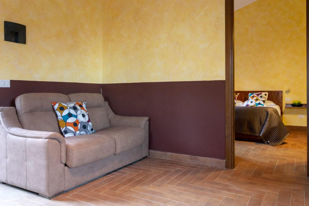 camera verdello con divano