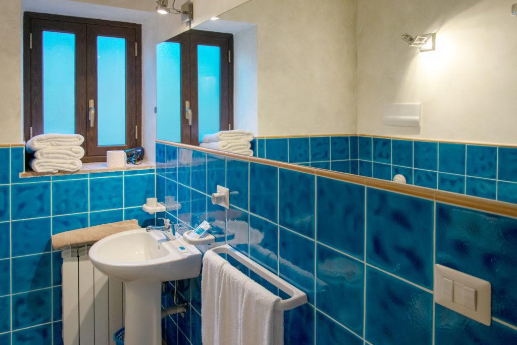 bagno con ampio specchio camera verdello